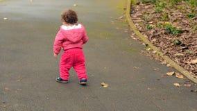 孩子在单独公园走 股票视频