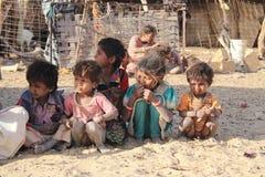 孩子在印地安村庄在沙漠 免版税库存图片