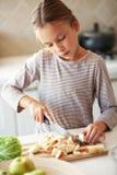 孩子在厨房里 免版税库存照片