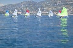 孩子在口岸的航行学校在圣徒吉恩盖帽Ferrat,法国海滨,法国 图库摄影