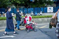 孩子在台北LGBTQIA自豪感的婴儿车,台湾坐了 2017年10月28日 免版税库存照片
