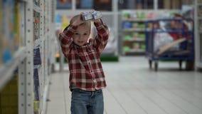 孩子在商店或超级市场买婴儿食品 免版税图库摄影