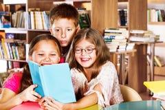 孩子在图书馆里 免版税库存图片