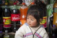 孩子在圣佩德罗火山在Titikaka湖,玻利维亚-南美的de Tiquina小村庄  库存图片