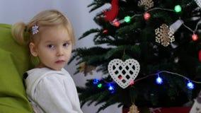孩子在圣诞树附近坐 孩子等待礼物 影视素材