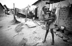孩子在坎帕拉贫民窟  免版税图库摄影