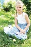 孩子在复活节彩蛋寻找了在开花的春天庭院里 免版税库存照片