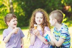 孩子在夏天公园喜欢吃冰淇凌 库存照片