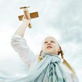 孩子在天空,自由概念下 库存照片