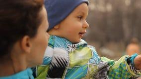 孩子在妈妈的手上坐 股票录像