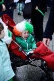 孩子在婴儿车圣帕特里克` s天ParadeÂ哭泣在都伯林,爱尔兰, 2015年3月18日 图库摄影
