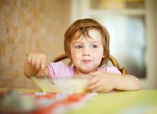 孩子在家吃 图库摄影