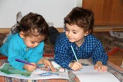 孩子在家,做绘画 免版税图库摄影