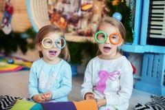孩子在屋子里唱歌 姐妹二 圣诞节的概念 库存照片