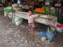孩子在市场上 库存照片
