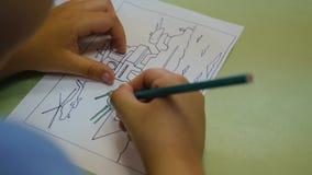 孩子在幼儿园做图画 儿童特写镜头的手 r ?? 股票录像