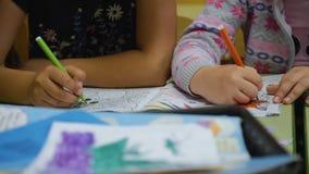 孩子在幼儿园做图画 儿童特写镜头的手 r ?? 股票视频