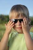 孩子在户外太阳镜夏天 库存照片