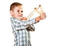 孩子在手上的拿着弹弓 免版税库存图片