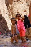 孩子在托德拉的河在摩洛哥狼吞虎咽 免版税图库摄影