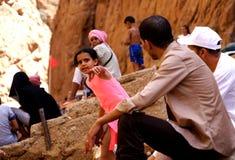 孩子在托德拉的河在摩洛哥狼吞虎咽 免版税库存图片