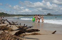 孩子在拜伦海湾海滩走  库存照片
