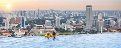 孩子在新加坡屋顶上面游泳池游泳 免版税库存照片