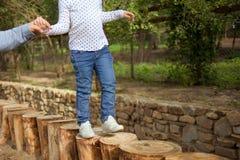 孩子在日志跳 免版税图库摄影