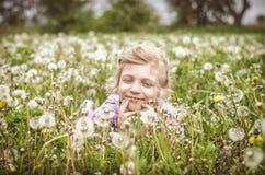 孩子在春天草甸 库存照片