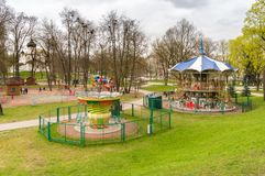 孩子在普斯克夫,俄罗斯的中心获得乐趣在儿童的公园 图库摄影