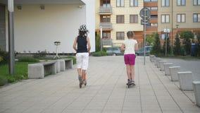 孩子在晴朗的夏日学会乘坐滑行车 户外孩子戏剧与滑行车 活跃休闲和户外运动 影视素材