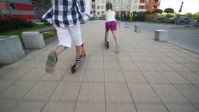 孩子在晴朗的夏日学会乘坐滑行车 户外孩子戏剧与滑行车 活跃休闲和户外运动 股票录像