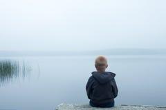 孩子在有雾的天 图库摄影