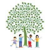孩子在树下 免版税库存图片