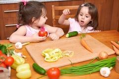 孩子在桌上用用新鲜的水果和蔬菜,内部家庭的厨房,健康食物概念 免版税库存图片