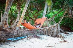 孩子在海岛小村庄海滩的hammovk休息  免版税库存照片
