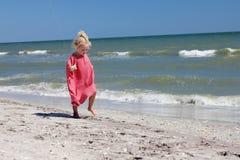 孩子在海边 库存照片