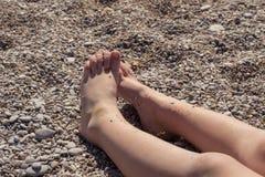 孩子在海滩晒日光浴 免版税库存图片