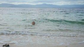 孩子在热带海游泳 股票视频