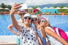 孩子在电话做selfies 库存照片
