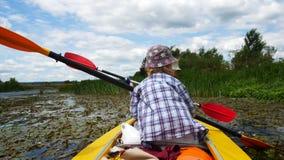 孩子在皮船桨用浆划 活跃家庭度假 股票录像