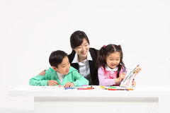孩子在研究中 免版税库存图片