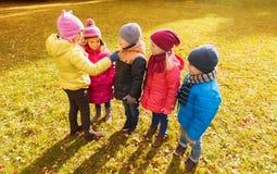 孩子在秋天停放计数和选择领导 库存图片