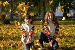 孩子在秋天公园 免版税库存照片