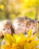 孩子在秋天公园 免版税图库摄影