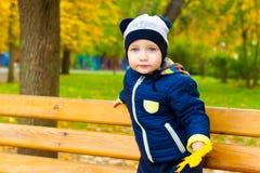 孩子在秋天公园 图库摄影