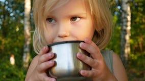 孩子在秋天森林里喝茶 股票录像