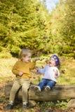 孩子在秋天森林里 免版税库存照片