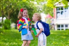 孩子在第一个教学日 免版税库存图片