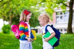 孩子在第一个教学日 库存照片